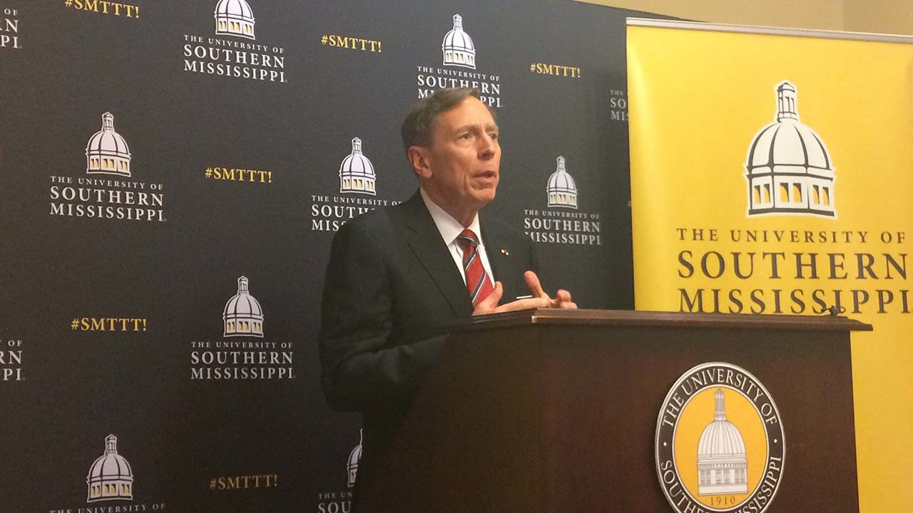 Petraeus delivers Dale Distinguished Lecture